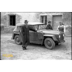 Skoda Colonial kabrió állami rendszámú autó kalapos férfival, jármű, közlekedés, gépkocsi, 1950-es évek, Eredeti fotó negatív.