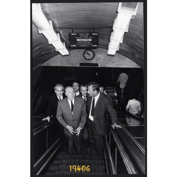 Kádár János a 2-es metrón utazik, jármű, közlekedés, Keleti pályaudvar, Budapest, politika, 1972, 1970-es évek, Eredeti fotó, papírkép.