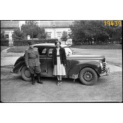Skoda Tudor személygépkocsi, autó, jármű, közlekedés, katona (?) egyenruhában, 1950-es évek, Eredeti fotó negatív.