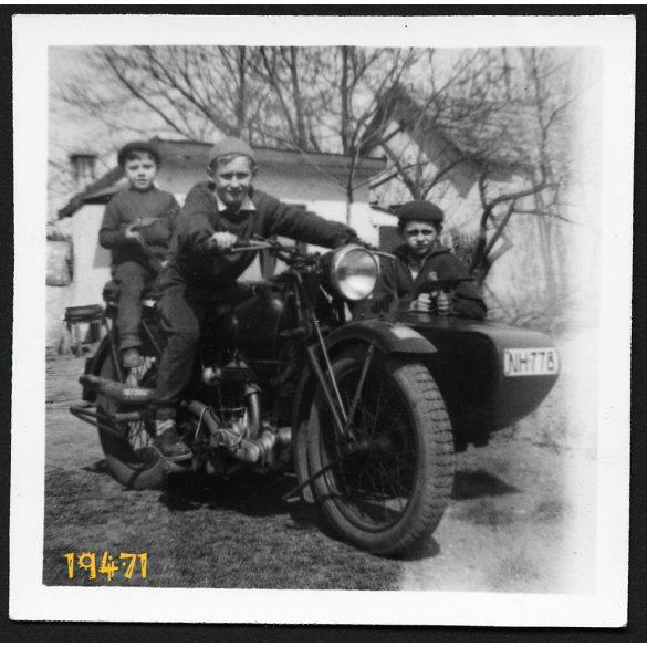 Fiúk oldalkocsis motorkerékpáron, jármű, közlekedés, magyar rendszám, 1950-as évek, Eredeti fotó, papírkép.