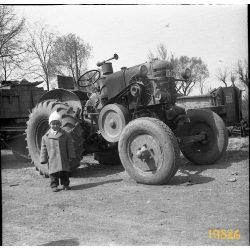 HSCS Hoffherr G-35 traktor, mezőgazdaság, 'körmös Hoffer', jármű, kisfiú kabátban, 1950-es évek, Magyarország, Eredeti fotó negatív.