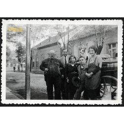 Újpest, Budapest utcarészlet, társaság pipával, kocsival, kutyával, 1932, 1930-as évek, Eredeti fotó, papírkép.