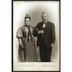 Berky műterem, Szatmár, Erdély, elegáns házaspár, különös kalap, óralánc, kesztyű, 1880-as évek, Eredeti kabinet fotó.