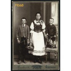 Becske műterem, Veszprém, testvérek játékokkal, kosárral, a hátoldalon gyönyörű üzenet, 1890-es évek, Eredeti kabinet fotó.