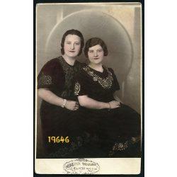 Hungária műterem, Kispest, elegáns hölgyek magyaros mintás ruhában, kézzel színezett fotó, 1930-as évek, Eredeti fotó, papírkép.