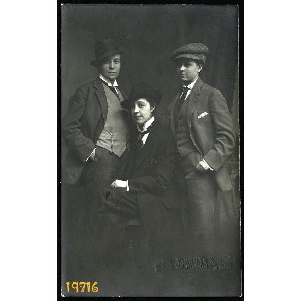 Dunky műterem, Kolozsvár, Erdély, nők férfi ruhában, különös, vicces, 1900-as évek, Eredeti fotó, papírkép.