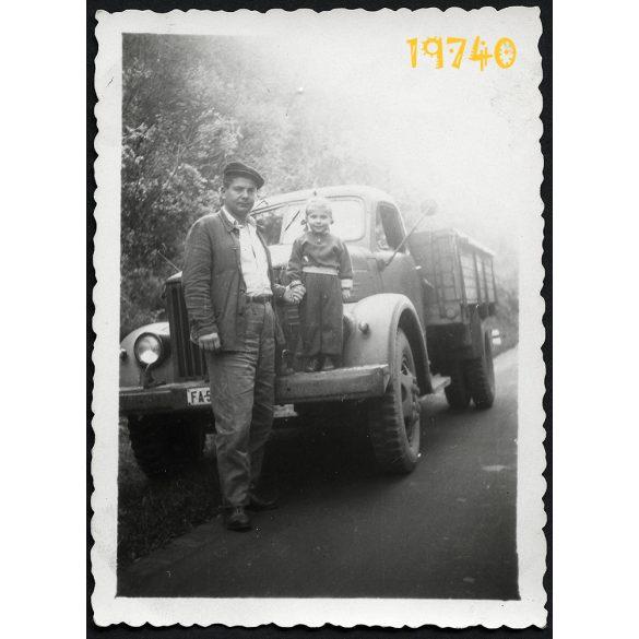 GAZ szovjet teherautó, sofőr kisfiával, jármű, közlekedés, 1950-es évek, Eredeti fotó, papírkép.