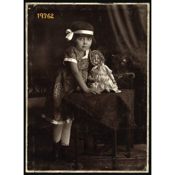 Kislány műteremben, babával, a fotográfus szignójával, 1920-as évek, Eredeti fotó, kartonra kasírozott nagyobb méretű papírkép.
