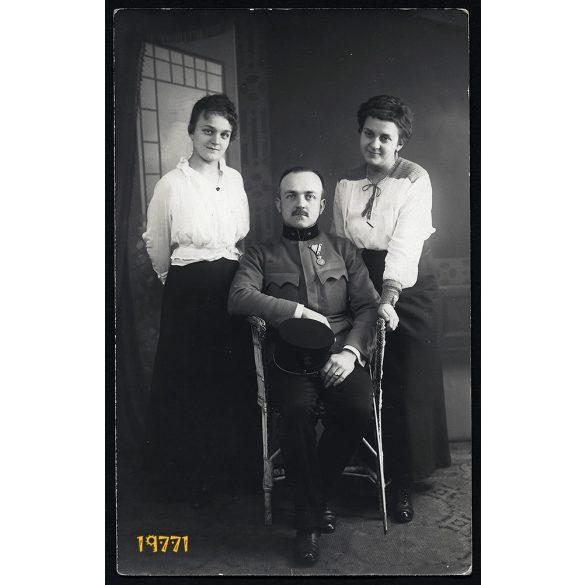 Lux műterem, katona egyenruhában, érdemrenddel, Péch család, Budapest, 1910-es évek, Eredeti fotó, papírkép.