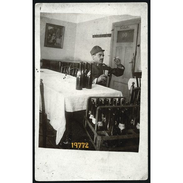 Magyar katona kocsmaasztalnál, cigarettával, bor, egyenruha, 1910-es évek, Eredeti fotó, papírkép.