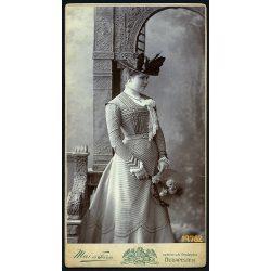 Mai műterem, elegáns hölgy különös kalapban, virágcsokorral, Budapest, portré, 1900-as évek, Eredeti nagyobb méretű kabinet fotó.