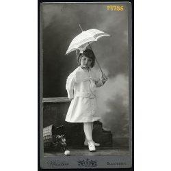 Mai műterem, kislány napernyővel, kosárral, 1900-as évek, Eredeti nagyméretű kabinet fotó.