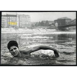 Schirilla György a jeges Dunában, sport, Budapest, Petrovits-MTI fotó, sarkán törésnyom, 1960-es évek, Eredeti fotó, papírkép.