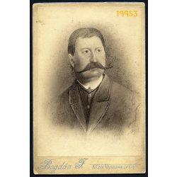 Bogdán műterem, Kézdivásárhely, Erdély, bajuszos férfi grafittal retusált portréja, 1890-es évek, Eredeti kabinet fotó.