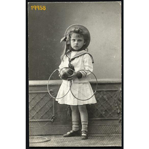 Mai és Társa műterem, kislány játékokkal, karika, labda, kalap, Budapest, portré, 1900-as évek, Eredeti kabinet fotó.