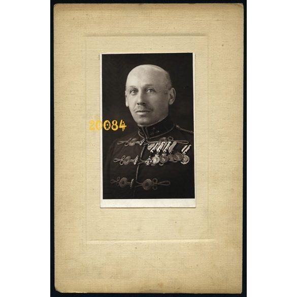 Katona huszártiszti egyenruhában, kitüntetésekkel, 1910-es évek, Eredeti kartonra kasírozott fotó, papírkép.