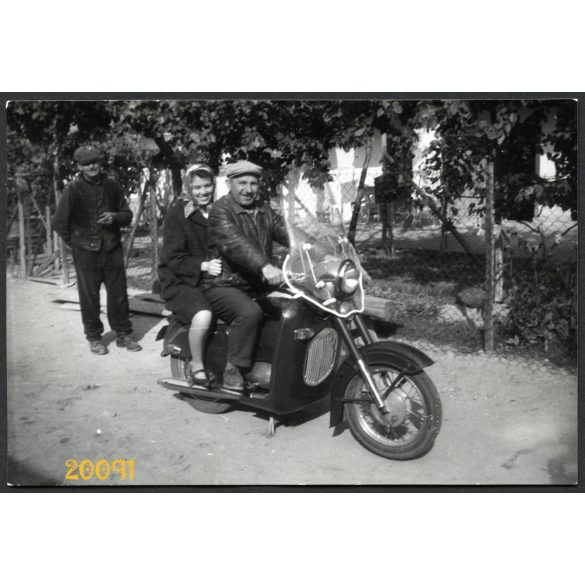 házaspár JAWA motorkerékpáron, jármű közlekedés, 1960-as évek, Eredeti fotó, papírkép.
