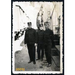 Vasutasok a Pestszentlőrinci vasútállomáson, egyenruha, bajusz, jármű, közlekedés, 1930-as évek, 1935, Eredeti fotó, papírkép. A kép szélén gyűrődés.