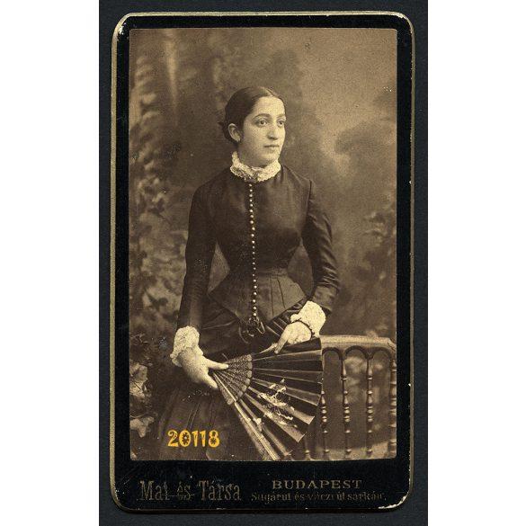 Mai műterem, elegáns hölgy legyezővel, portré, Budapest, 1880-as évek, Eredeti CDV, vizitkártya fotó.