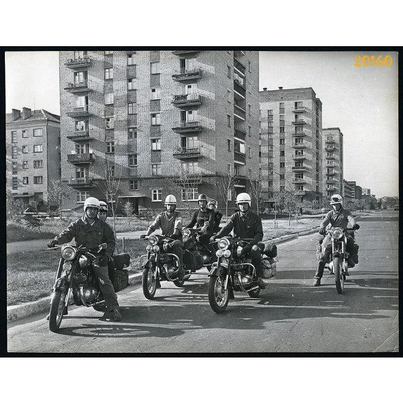 Fiúk JAWA motorkerékpáron, jármű közlekedés, 1960-as évek, Eredeti nagyobb méretű fotó, papírkép.