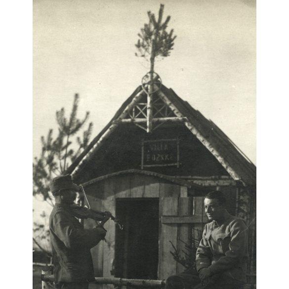 Tisztiszolga hegedül a Villa Bözskénél. 1. világháború, keleti hadszíntér, K.u.K. magyar katonák, 1910-es évek, Eredeti fotó, papírkép. Sarkán törésnyom.