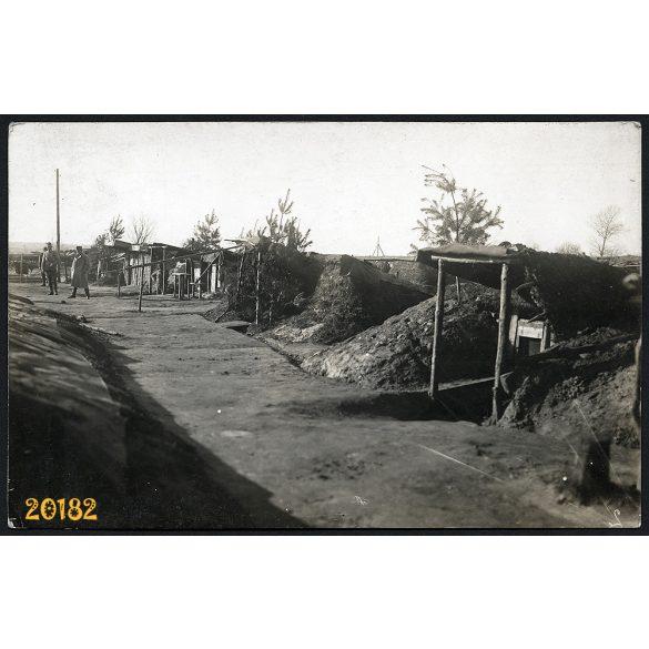 Földbe vájt tiszti szállások, katona, Ukrajna, keleti front, 1. világháború, egyenruha, 1910-es évek, Eredeti fotó, papírkép.