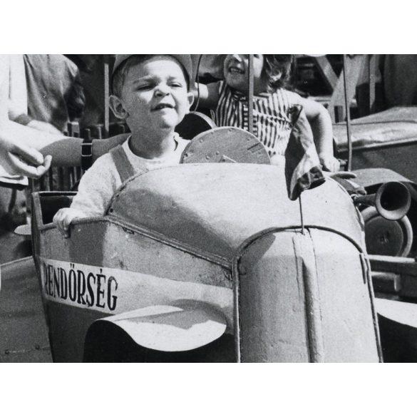 Rendőrség, búcsú, vidámpark, játék, kisfiú körhintán, 1960-as évek, Eredeti fotó, papírkép.