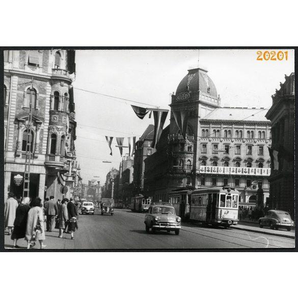 Blaha Lujza tér a Nemzeti Színházzal,  villamosok, autók, ünnep, jármű, közlekedés, Budapest, 1960-as évek, Eredeti fotó, papírkép.