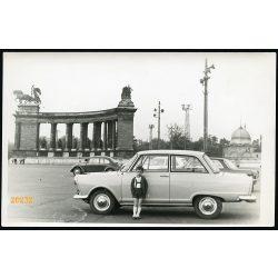 Kisfiú DKW autóval, Hősök tere, jármű, közlekedés, Budapest, 1960-as évek, Eredeti fotó, papírkép.