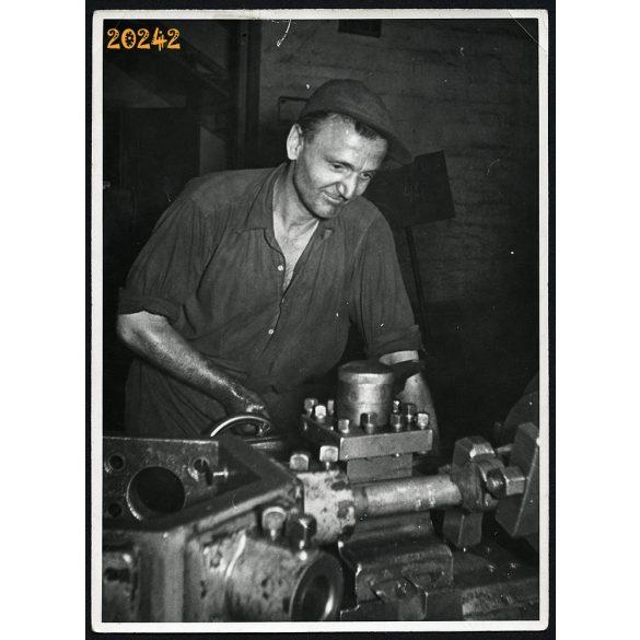 Gyarmati László esztergályos, munkás, gyár, toronyrevolver pad, 1960-as évek, Eredeti fotó, papírkép.