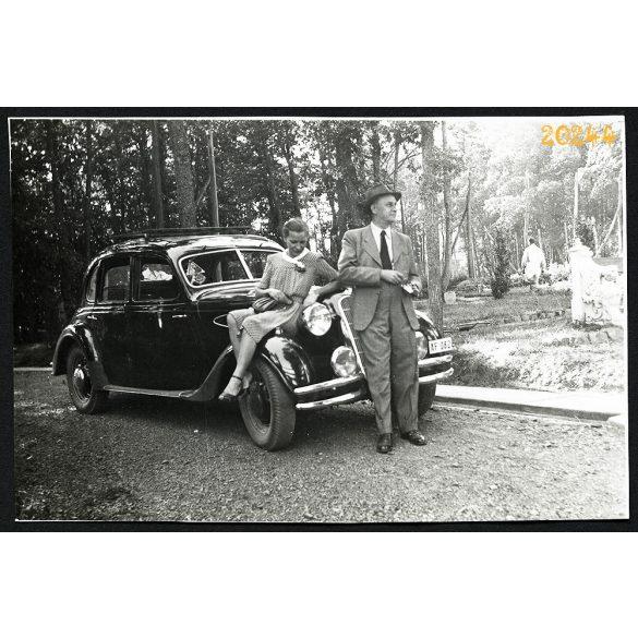 Lány BMW autón, régi személygépkocsi,  jármű közlekedés, 1940-es évek, Eredeti fotó, papírkép.