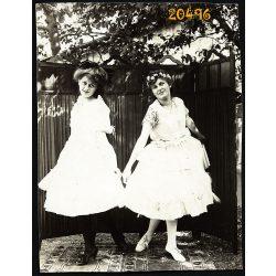 Trencsén, Felvidék, lányok a paraván előtt, 1920, 1920-as évek, Eredeti fotó, papírkép.