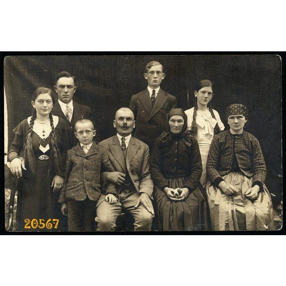 Benach műterem, Torda, Erdély, családi kép, ünneplő, népviselet, copf, 1920-as évek, Eredeti fotó, papírkép.