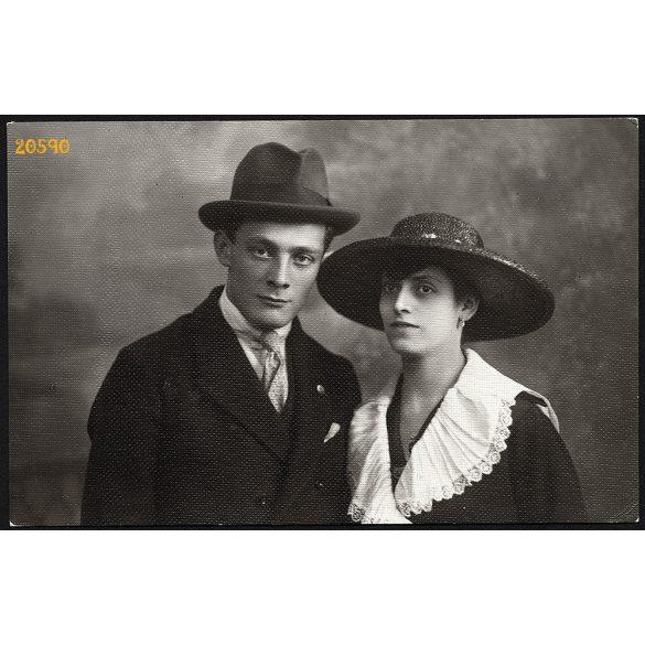 Nagy műterem, elegáns pár kalapban, divat, Budapest, 1919, 1910-es évek, Eredeti fotó, papírkép.