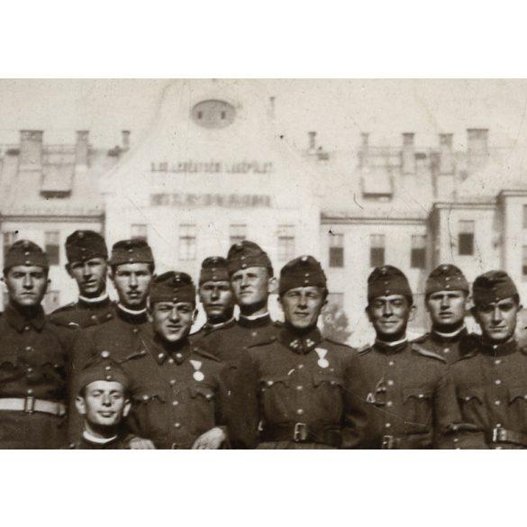 Katonák egyenruhában, Petőfi laktanya, kitüntetés, 2. világháború, Budapest, 1941, 1940-es évek, Eredeti fotó, papírkép.