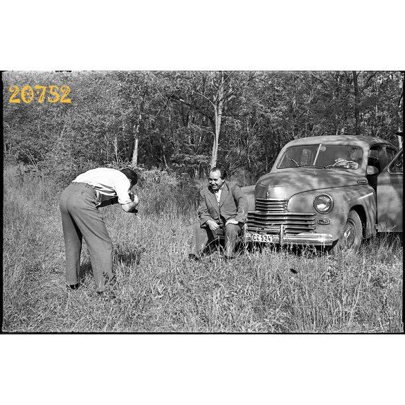 Fénykép készül Pobjeda személygépkocsival, autó, jármű, közlekedés, 1950-es évek, Eredeti fotó negatív.