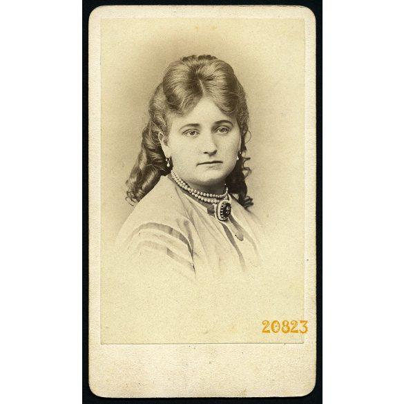 Borsos és Doctor műterem, Pest, elegáns hölgy nyaklánccal, portré, 1860-as évek, Eredeti CDV, vizitkártya fotó.