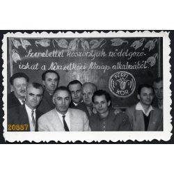 Férfi Kör, köszöntés a Nemzetközi Nőnap alkalmából.  1950-es évek, Eredeti fotó, papírkép.