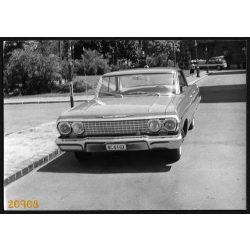 Chevrolet Impala Budapesten, állami rendszám, háttérben a kabrió Ikarus városnéző busz, jármű, közlekedés, 1970-es évek, Eredeti fotó, papírkép.