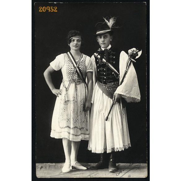 Szombathelyi (?) műterem, szignózott, fiatál pár népi-nemzeti viseletben, fokos, árvalányhaj, Budapest, 1930-as évek, Eredeti fotó, papírkép.