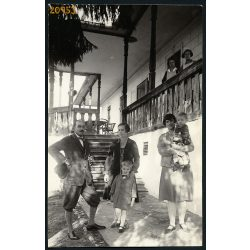 Elegáns család a tornác előtt, Tövis (Teius), Erdély, Buttyán Vilus fotográfus készítette, 1920-as évek, Eredeti fotó, papírkép.