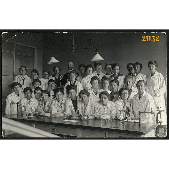 Mátrai műterem, kórház, orvosok, ápolók, a III. baleseti sebészet,  Budapest, 1917, 1910-es évek, Eredeti fotó, papírkép, sarkán törésnyom.