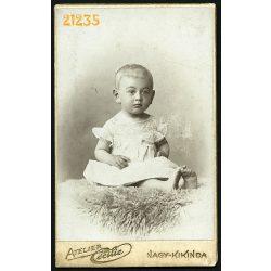 Cécilie műterem, Nagy-Kikinda, Vajdaság, Krizsán Károlyka portréja, gyerek,  1902, 1900-as évek, Eredeti CDV, vizitkártya fotó.