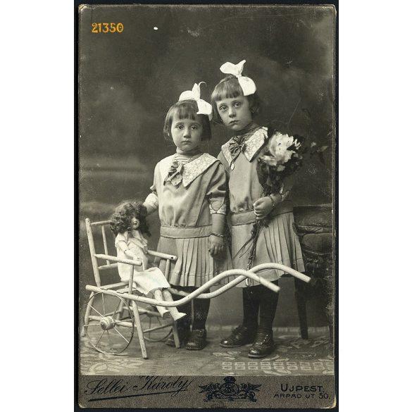 Sellei műterem, Újpest, gyerekek különös játék babakocsival, babával, masnival, 1914, 1910-es évek, Eredeti kabinet fotó.