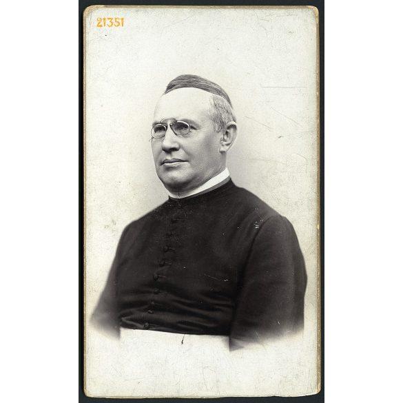 Erdélyi Mór műterme, egyházi méltóság cvikkerrel, Budapest, portré, 1890-es évek, Eredeti, nagyobb méretű kabinet fotó, alja vágott.