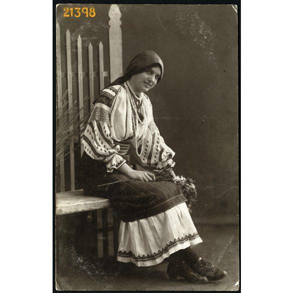 Brenner testvérek műterem, Szeged, csinos hölgy népviseletben, kendőben, gyöngysorokkal, 1910-es évek, Eredeti fotó, papírkép.