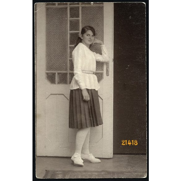 Nagy műterem, Arad, Erdély, csinos lány az ajtónál, 1928, 1920-as évek, Eredeti fotó, papírkép.
