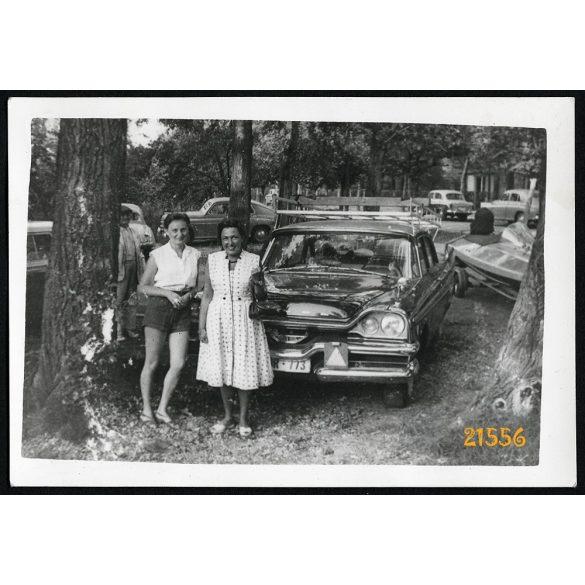 Siófok, Balaton, hölgyek Dodge személygépkocsival, autó, jármű, közlekedés, 1961, 1960-as évek, Eredeti fotó, papírkép.