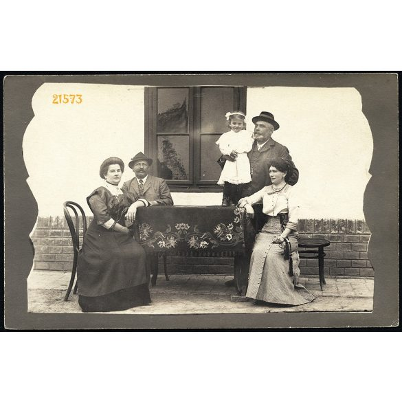 Ágya, Erdély, kislány az asztalon, elegáns házaspárok, 1912, 1910-es évek, Eredeti fotó, papírkép.