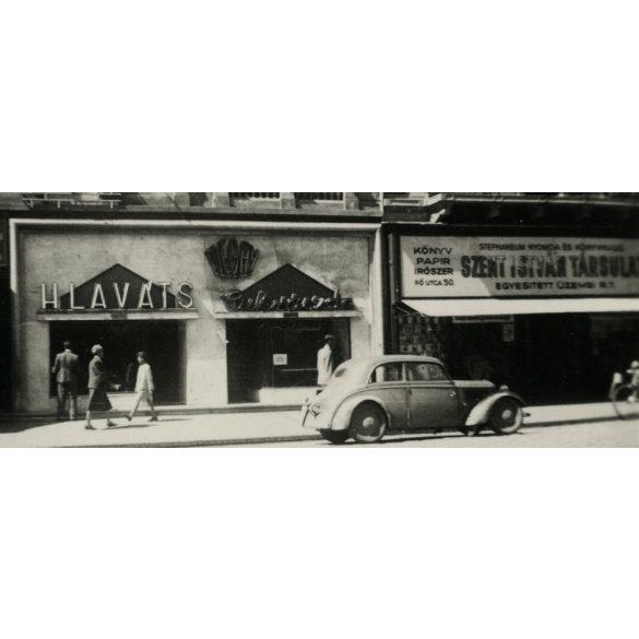 Szent István Társulat, Hlaváts cukrászda, Fő utca 50. kirakatokkal, utcakép, Budapest, autó, jármű, közlekedés, 1930-as évek, Eredeti fotó, papírkép.